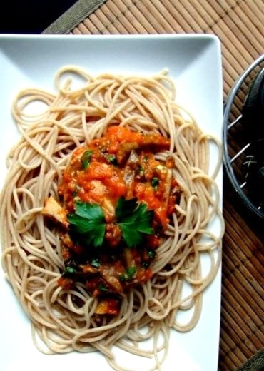 spaghetti-z-sosem-z-bocznikow-i-pieczonej-papryki-002