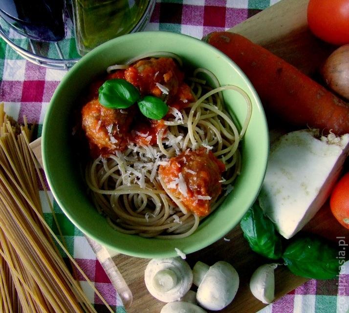 spaghetti z klopskikami i sosem pomidorowym 1