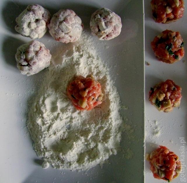 spaghetti z klopskikami i sosem pomidorowym 3