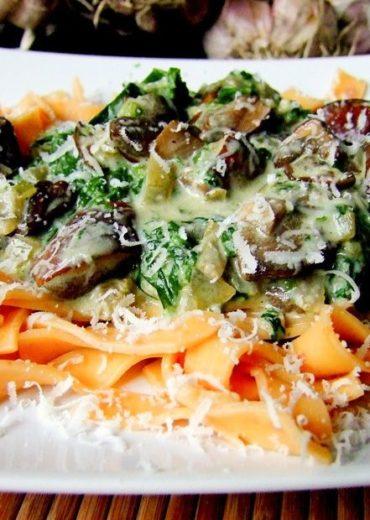 makaron z sosem grzybowo-szpinakowym