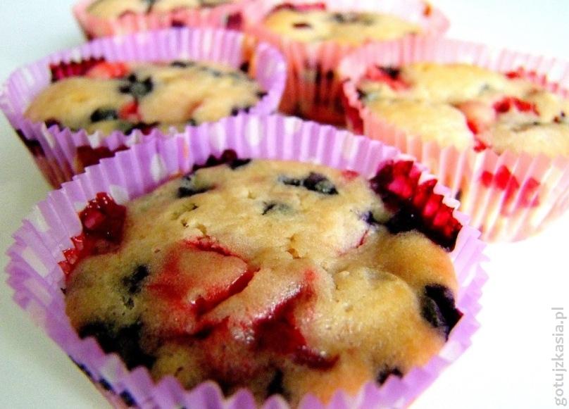 jogurtowe muffiny z jagodami i truskawkami 2