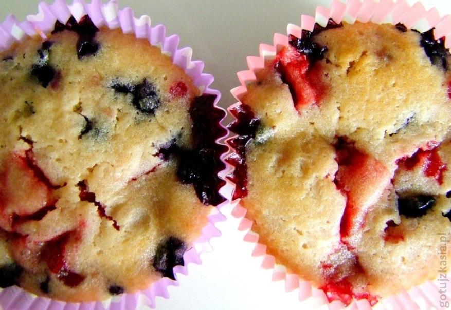 jogurtowe muffiny z jagodami i truskawkami