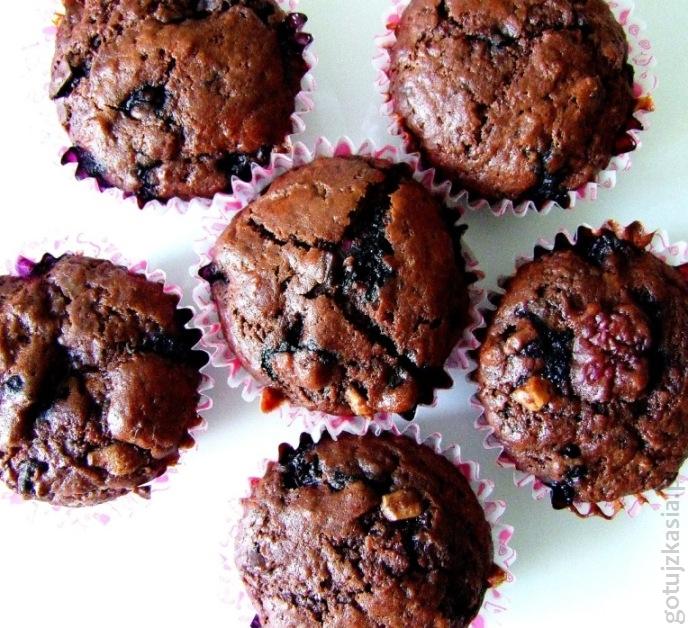 czekoladowe muffinki z malinami i borowkami