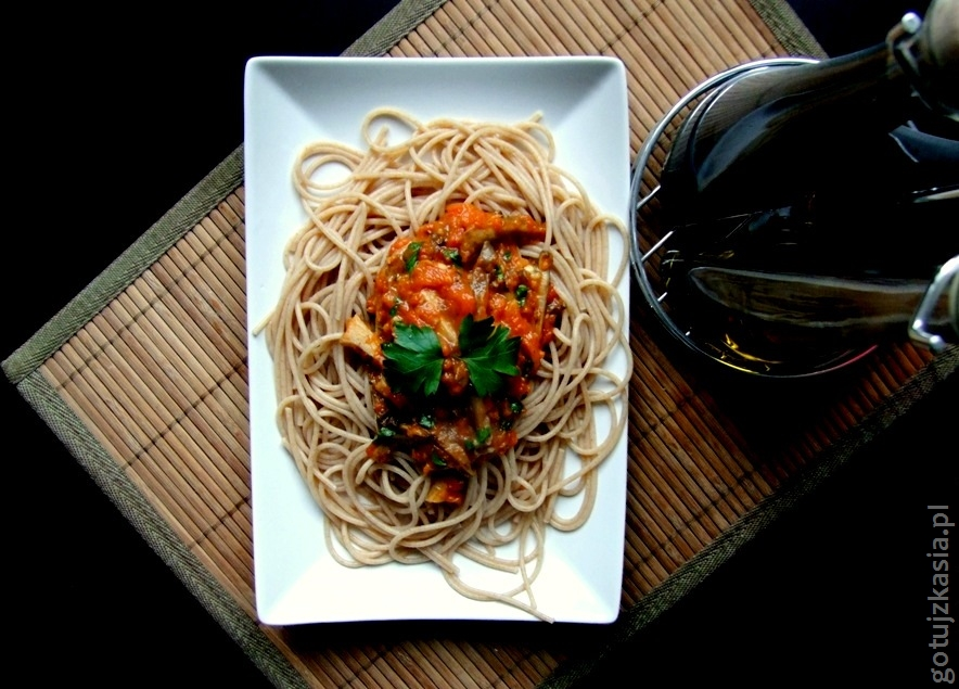 spaghetti z sosem z bocznikow i pieczonej papryki-002