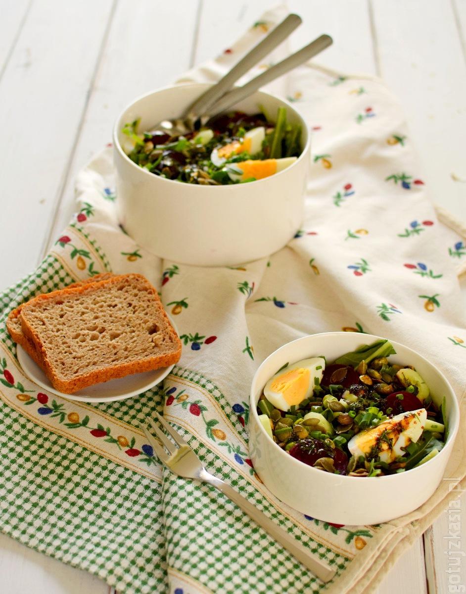 salatka z burakiem i jajkiem 1